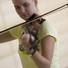 UMN student playing the violin